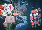 Жители Армении несут цветы к мемориалам героев