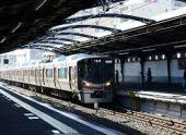 В Японии поезд сошел с рельсов после столкновения с грузовиком