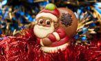 На улице во Владикавказе два Деда Мороза раздавали подарки детям