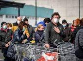 В Италии жители штурмуют магазины